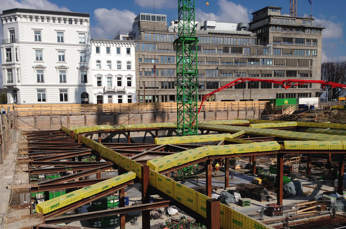 Deep excavation pit with partial concrete cover at Alsterufer in Hamburg